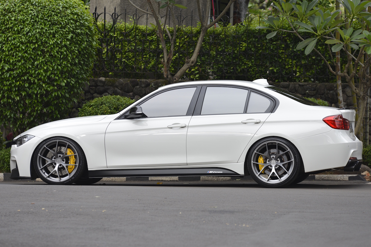 F30 Alpine White Pur Wheels 4our In Anthracite Colour