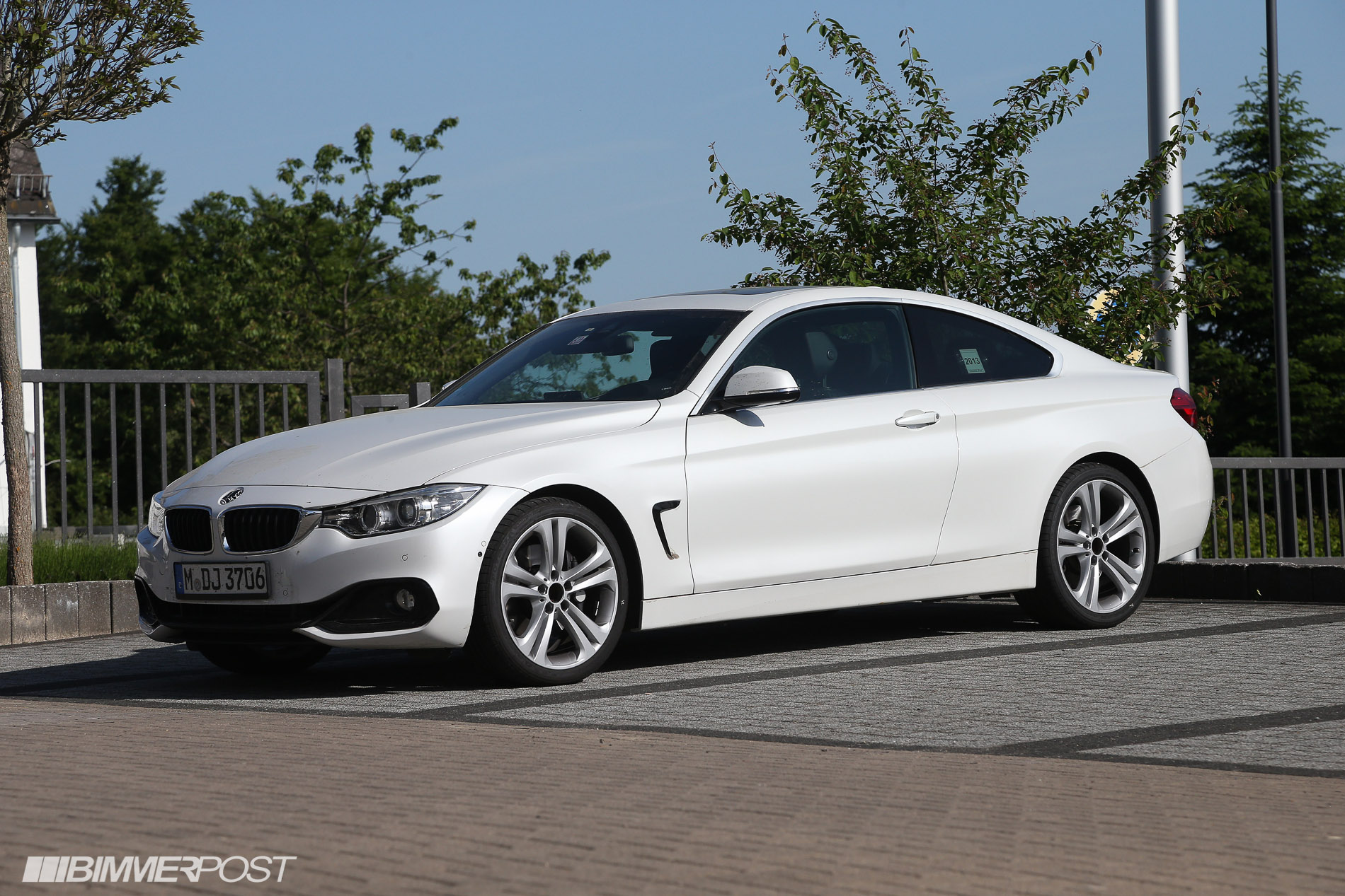 first looks at 4 series coupe in mineral white black and. Black Bedroom Furniture Sets. Home Design Ideas
